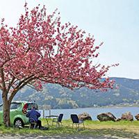 長浜北部にある余呉湖。鏡湖との別名をもつ穏やかな湖に人々が集う