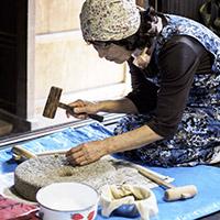 「打ち豆」づくり。大豆は貴重な食材として多様な方法で活用されてきた