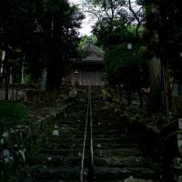幽玄な雰囲気が漂う須賀神社の石段