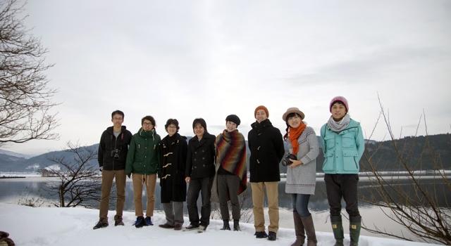冬の余呉湖で所員のプロフィール写真を撮りました