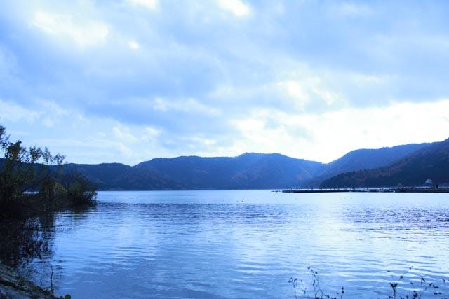 秋の終わりの余呉湖