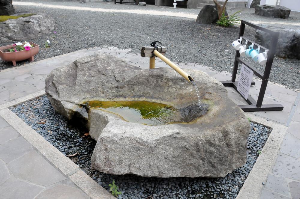 校内に湧き出る地下水。自販機が設置される前はこの水で喉を潤していました