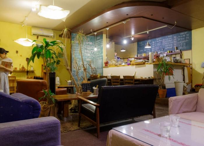 落ち着いたひとときを過ごすカフェ。キャリールーム