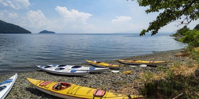 湖岸に佇む集落の姿を望むレイクカヤック